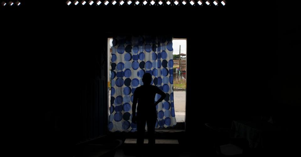 Atrás de la cortina la línea del tren. En la calle las centroamericanas, incluso menores, son explotadas. Fotografía de Sandra Sebastián.