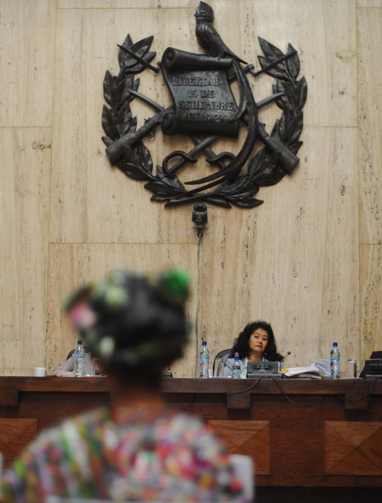 La jueza Yassmín Barrios escucha a una testigo ixil durante el juicio.