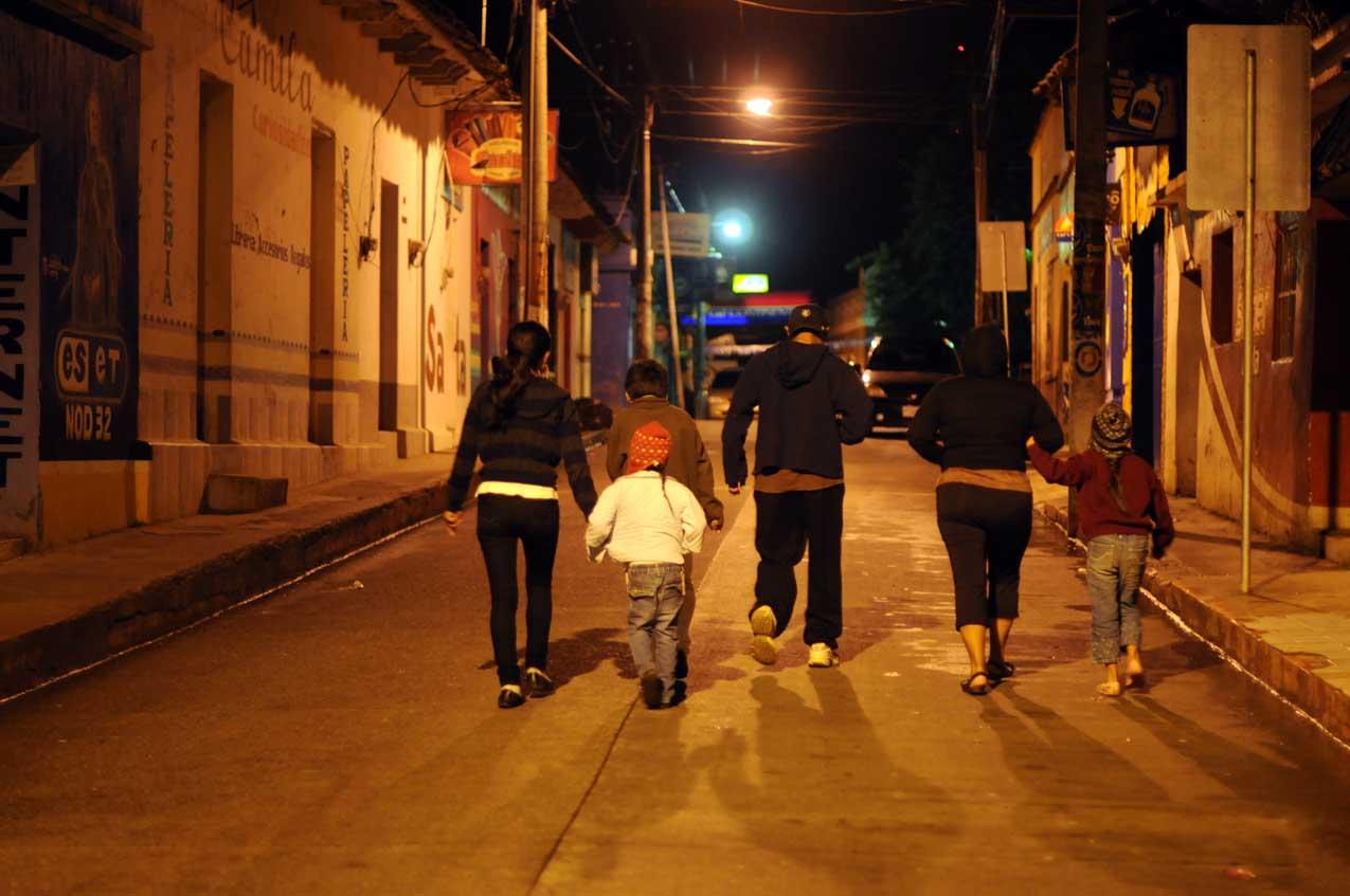 Una familia se dirige al parque de San Cristóbal para ver a Barrondo.