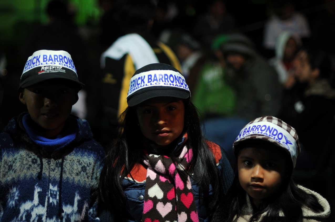 Niños apoyan a Barrondo.