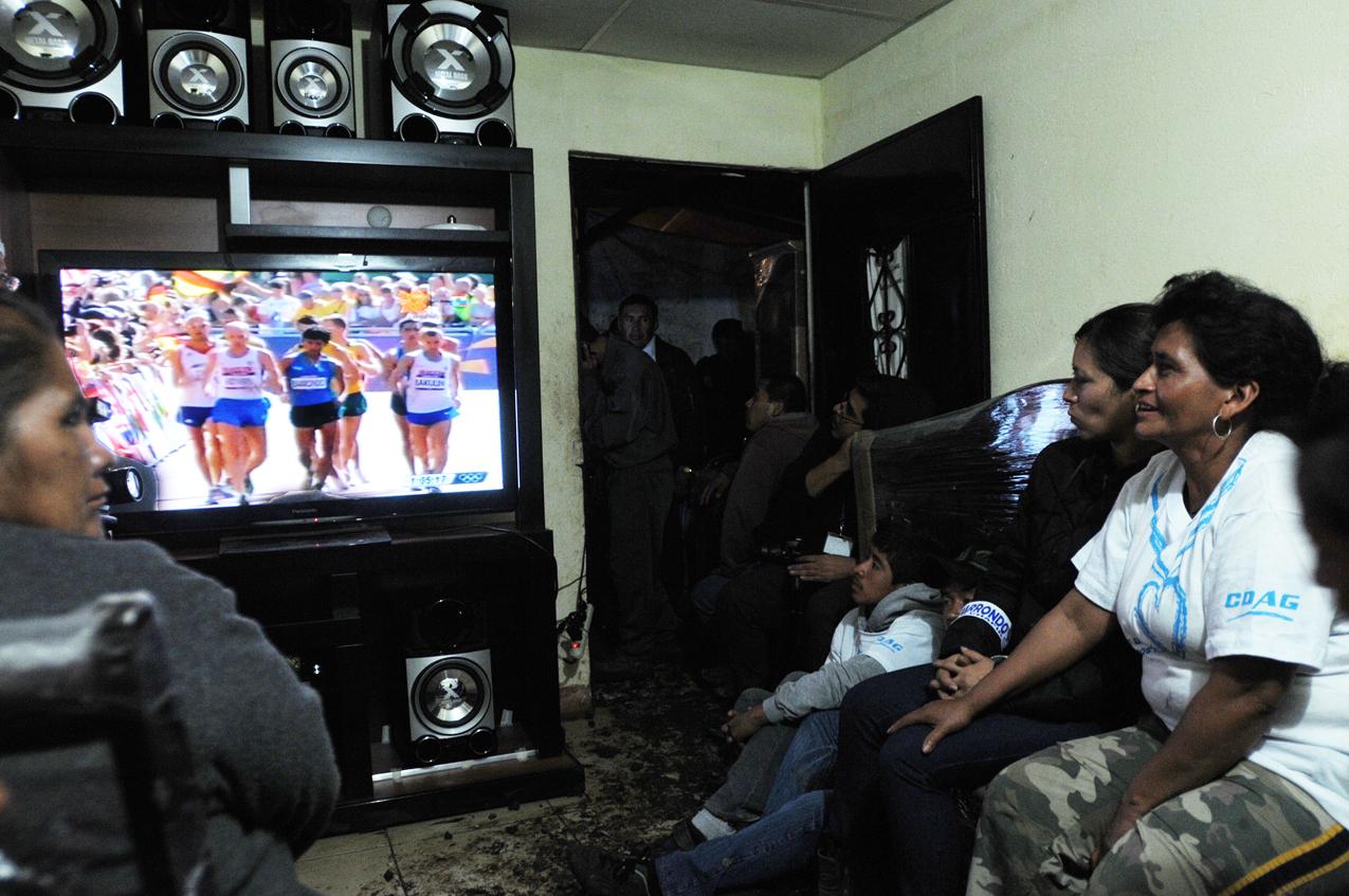 La madre de Barrondo, amigos y otros familiares ven la prueba en la televisión nueva.