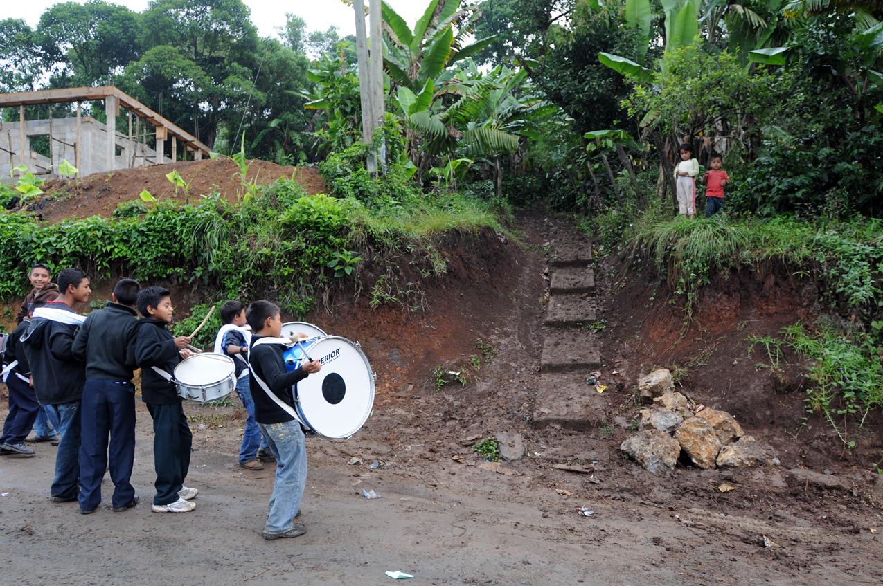 Niños tocan en la entrada de la casa de su campeón.