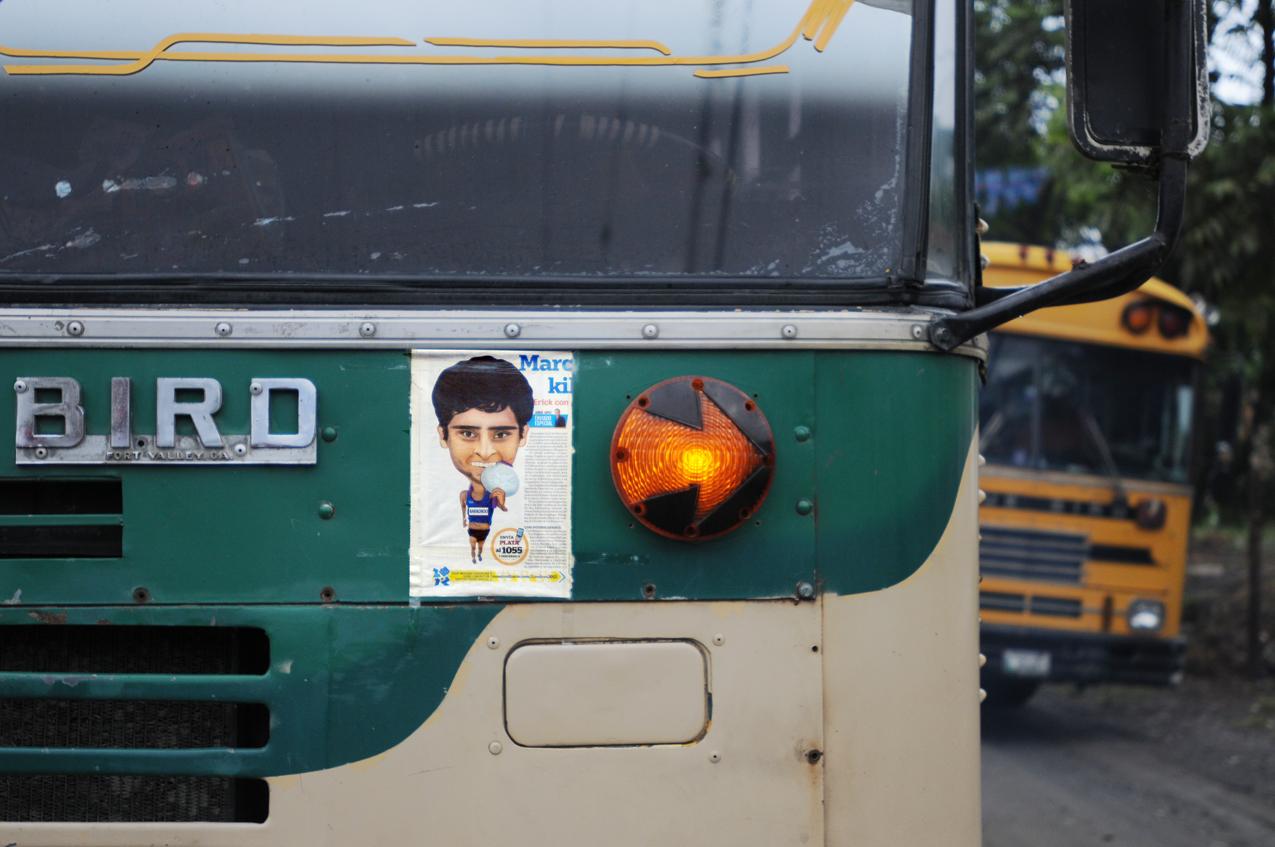 El bus que llega la aldea Chiyuk.