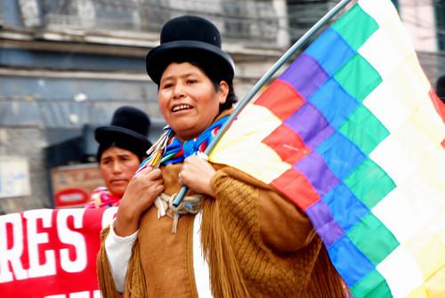 Una indígena aymara durante una manifestación en La Paz a favor de los derechos políticos de las mujeres  Crédito: Franz Chávez /IPS