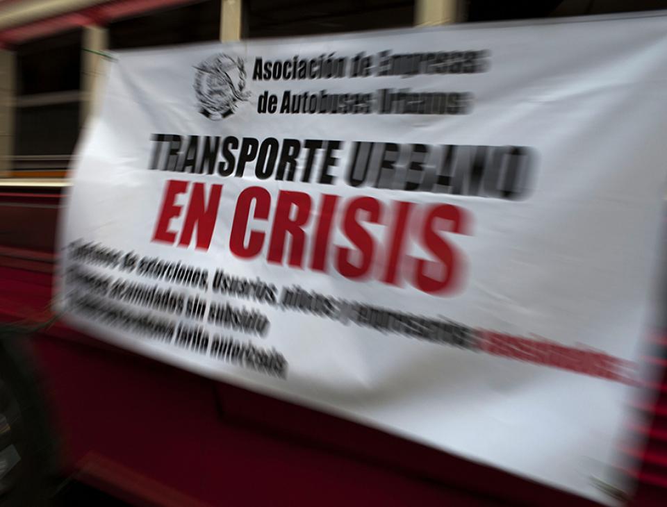 La crisis del sistema de transporte urbano de Ciudad de Guatemala refleja el colapso actual del gobierno, incapaz de solucionar las exigencias básicas de la población. Ahogados entre pagos de extorsiones y matanzas de pilotos, usuarios y trabajadores del sector pagan consecuencias gravísimas.