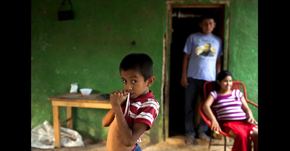 Brayan René Espino Ramírez, de 8 años, posa enfrente de sus padres