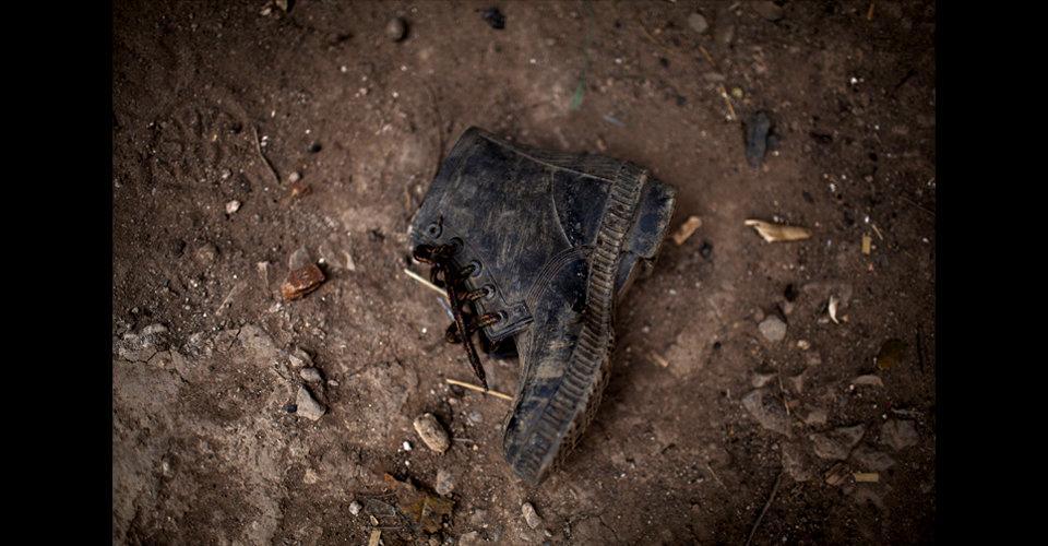 La bota de Leonel García yace olvidada en el suelo, ya que el joven se fue de la casa de su mamá, Vitalina, para ir a trabajar a Honduras