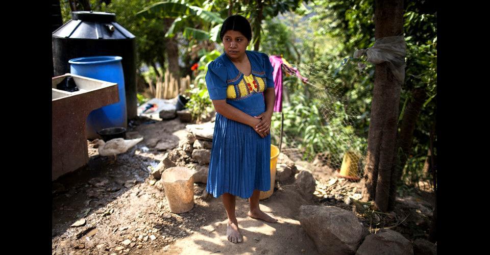 Vitalina García Erazo, 32 años, mamá de Leonel, en el patio de su casa