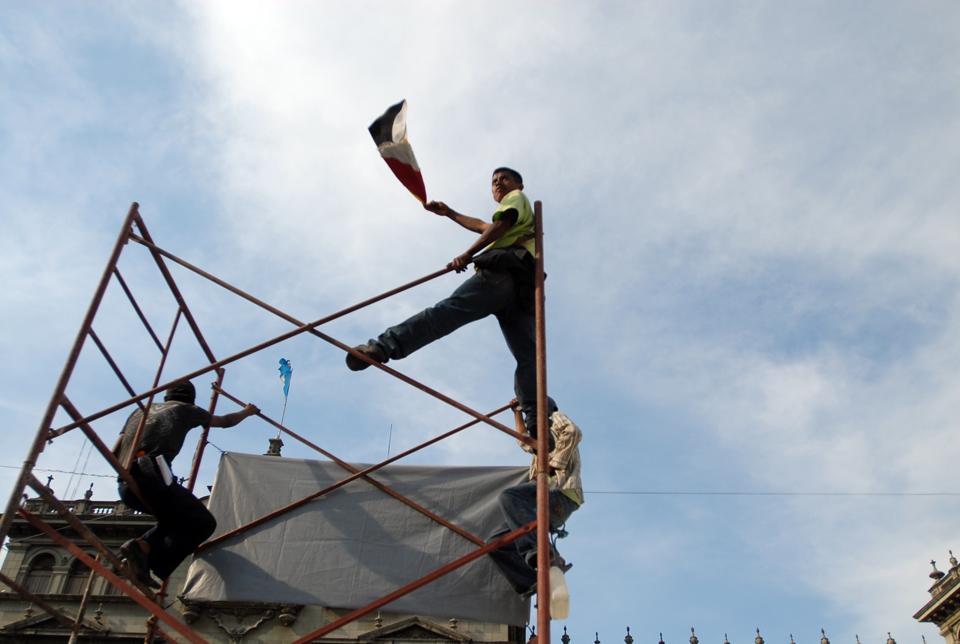 Al viento la bandera de los pueblos indígenas en Guatemala.