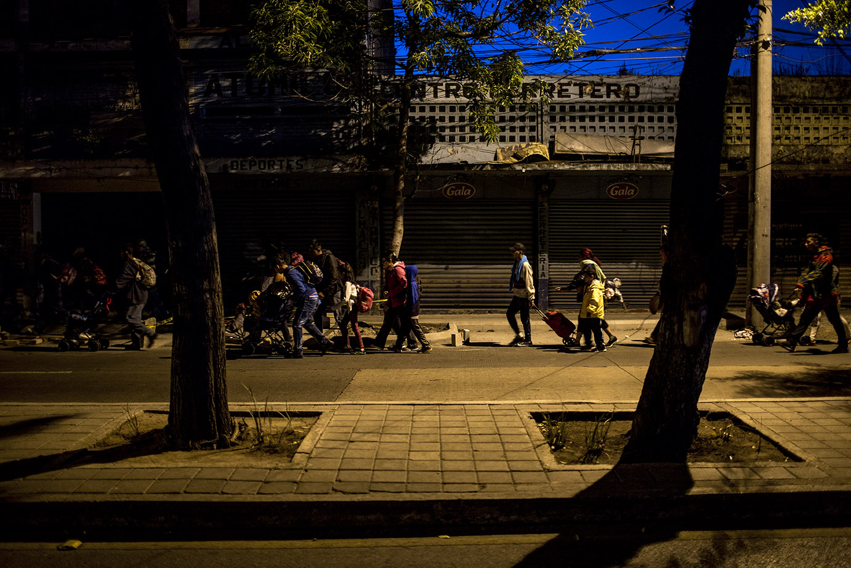 : Antes de que aclarara, un grupo de 200 hondureños salió de la Casa del Migrante de Ciudad de Guatemala, el viernes 12 de abril, rumbo a Tecún Umán