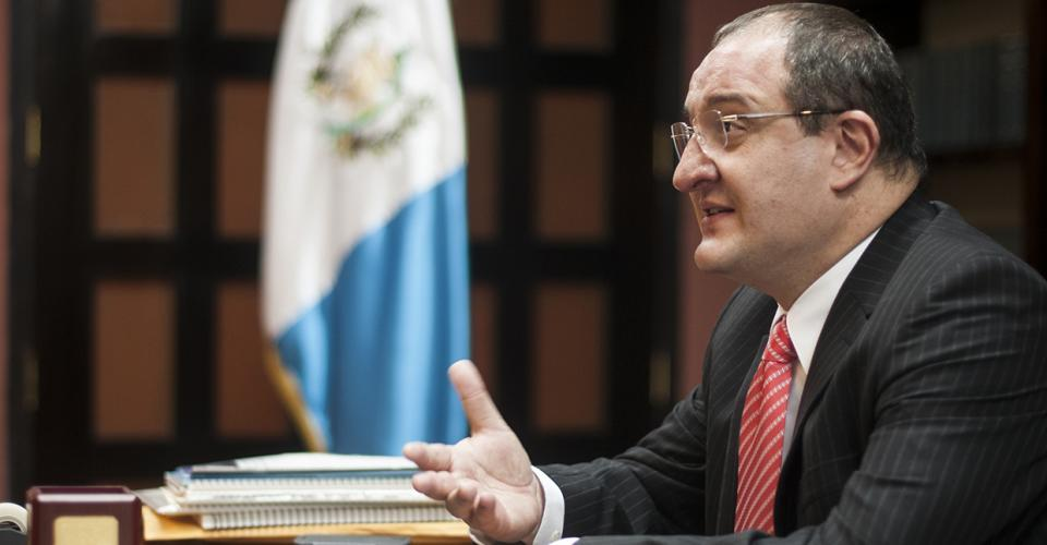 """Carrera destacó ese """"defecto guatemalteco"""" de prejuzgar a las personas o insistir en los títulos universitarios, cuando hay cosas más importantes. """"Son profesionales muy buenos y nada estamos perdiendo en imagen externa, profesionalismo o en requisitos diplomáticos""""."""