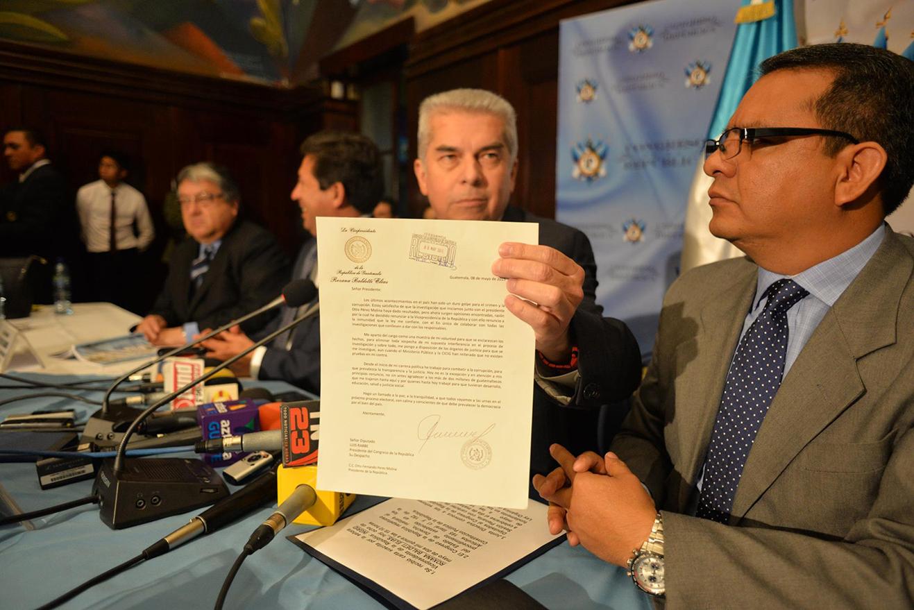 El presidente del Congreso de la República, Luis Rabbé, muestra la carta de renuncia que presentó Roxana Baldetti al presidente Otto Pérez Molina. Rabbé informó que este sábado habrá sesión en el Legislativo.