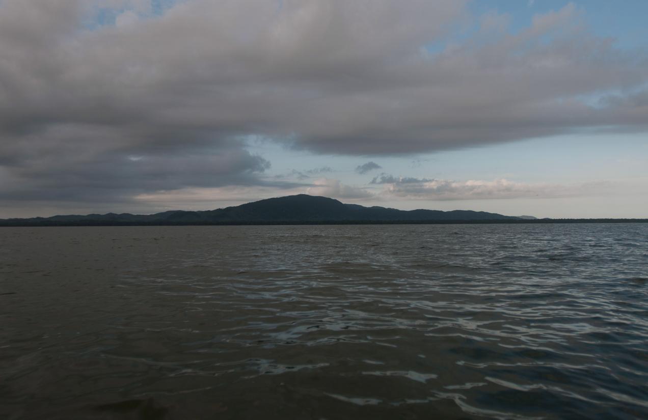 Al fondo el cerro donde se asienta la comunidad q'eqchi' Cerro Blanco, en Livingston, Puerto Barrios.