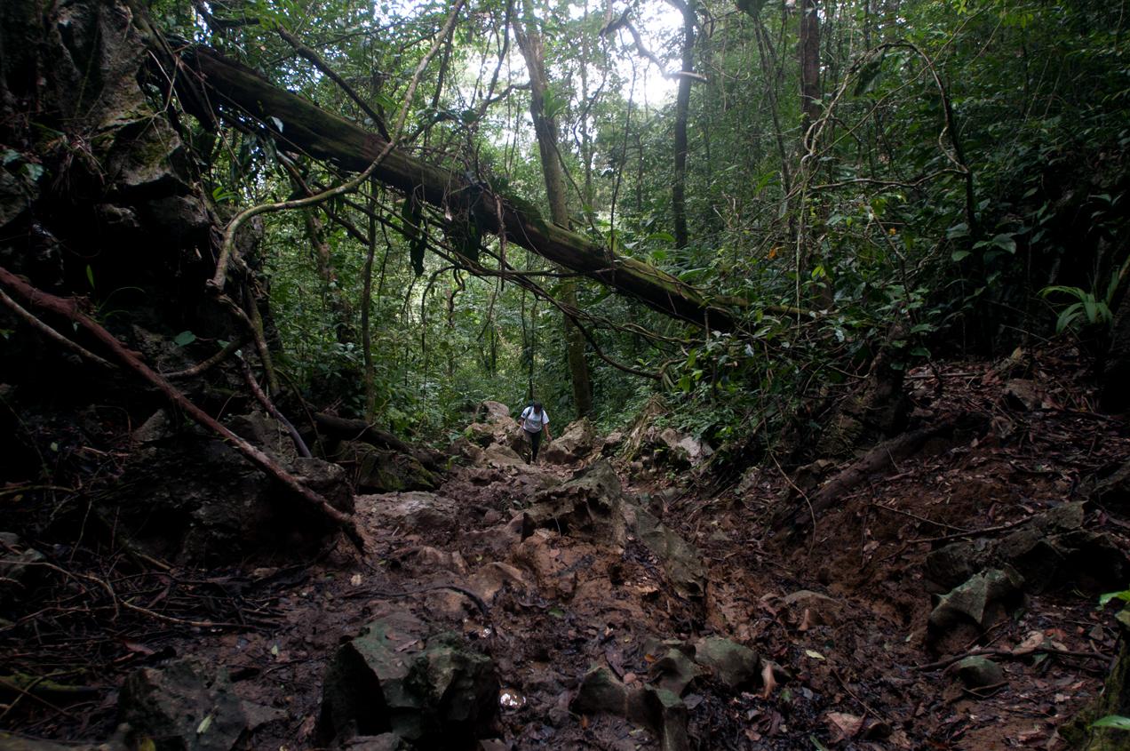 Entre piedras y lodo caminan los pobladores de la comunidad por dos horas. Cuando enfermó Maritza sus familiares la llevaron en hombros en una camilla.