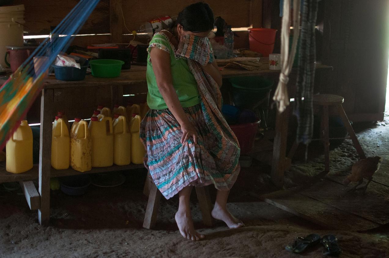 Candelaria Cholom, madre de Maritza, llora la muerte de su hija.
