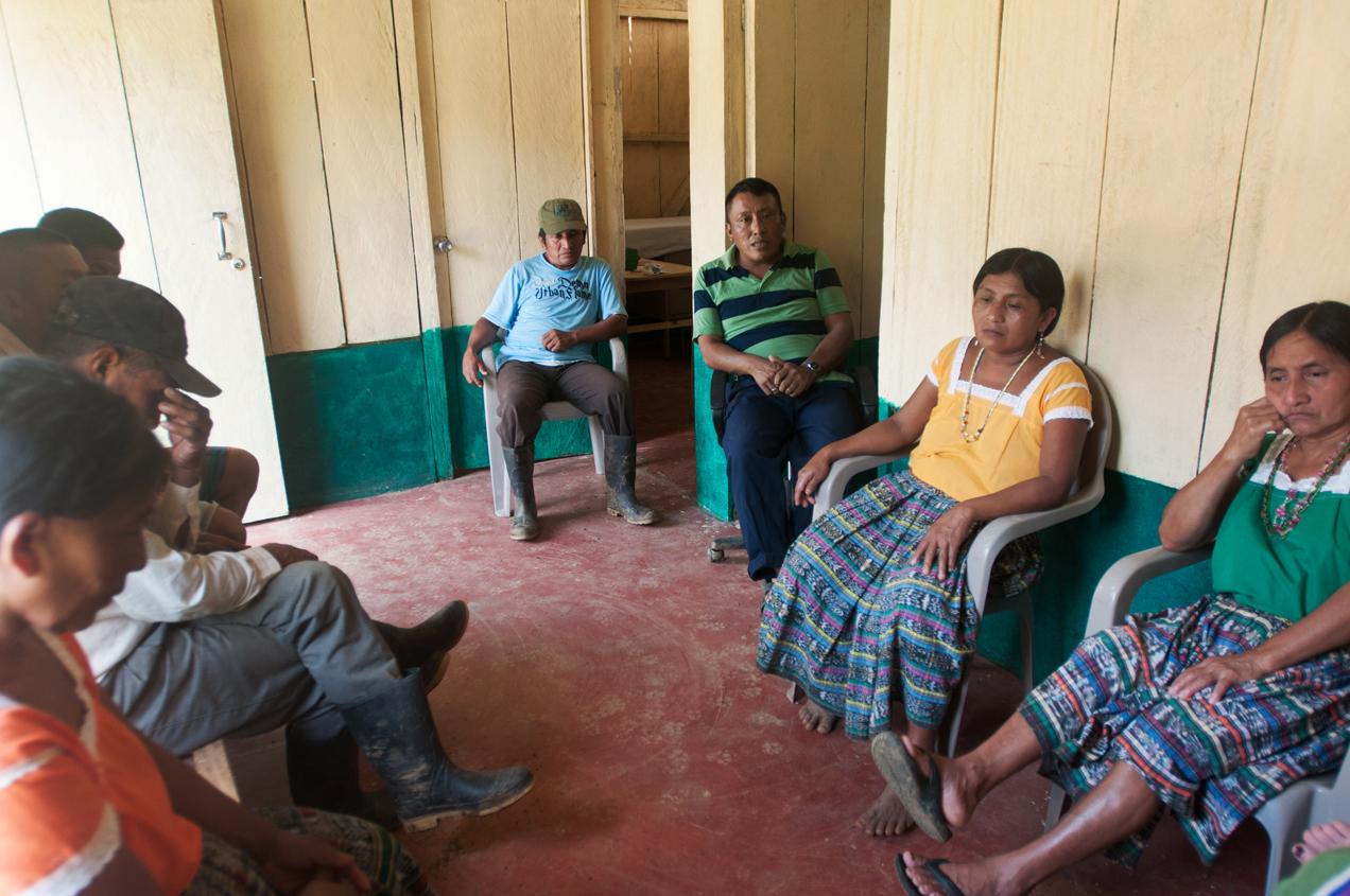 El padre de Maritza, al centro, contó lo ocurrido a su hija. Llegó a la reunión también la comadrona de la aldea, el suegro de Maritza y otros testigos.