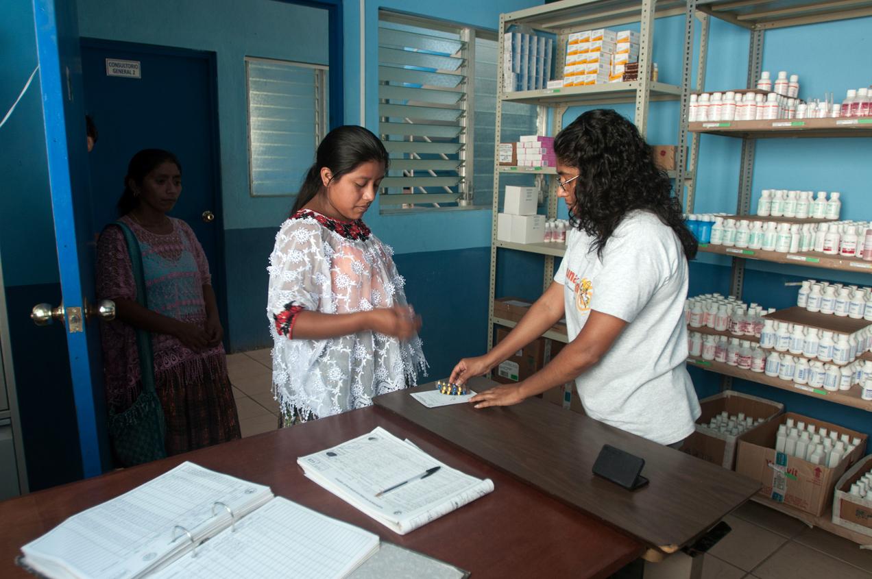 Una paciente llega al centro de salud de Livingston a recibir medicamento prenatal. El sitio no está equipado para atender casos delicados.