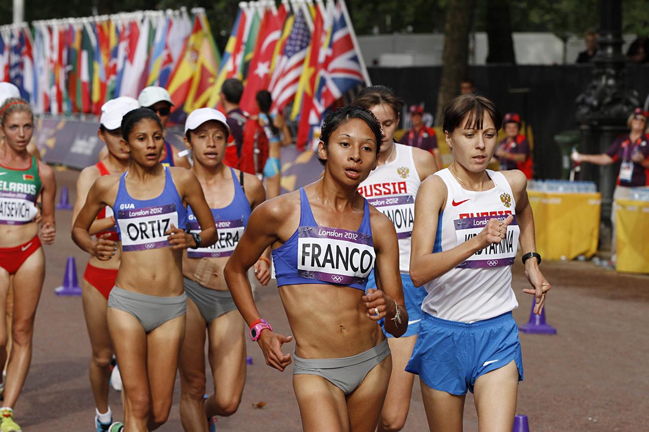 El equipo femenino de marcha en competencia.