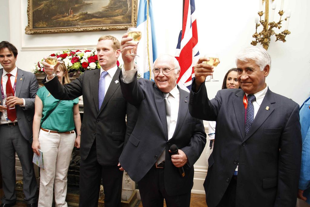 Camargo, presidente del Comité Olímpico Guatemalteco, a la derecha, en una recepción en Londres.