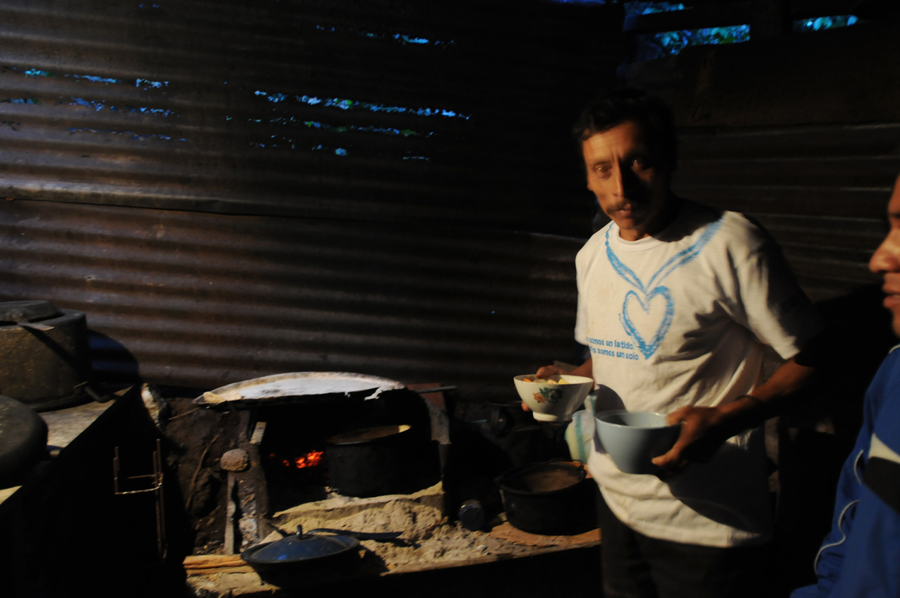 El padre de Barrondo en la cocina de su casa.