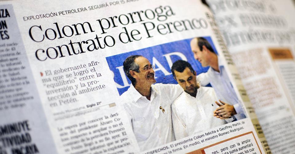 Publicación del 24 de julio de 2010 en Siglo Veintiuno. El entonces presidente, Álvaro Colom, dio prorroga al contrato de Perenco. En la fotografía felicita a Geoffrey Martin, representante de Perenco. En medio el ministro Romeo Rodríguez.