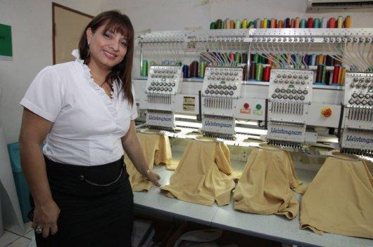 Foto: Aída Mayorga frente a la maquinaria de su empresa de confección, serigrafía y bordado, en Masaya. Diana Ulloa/Confidencial.