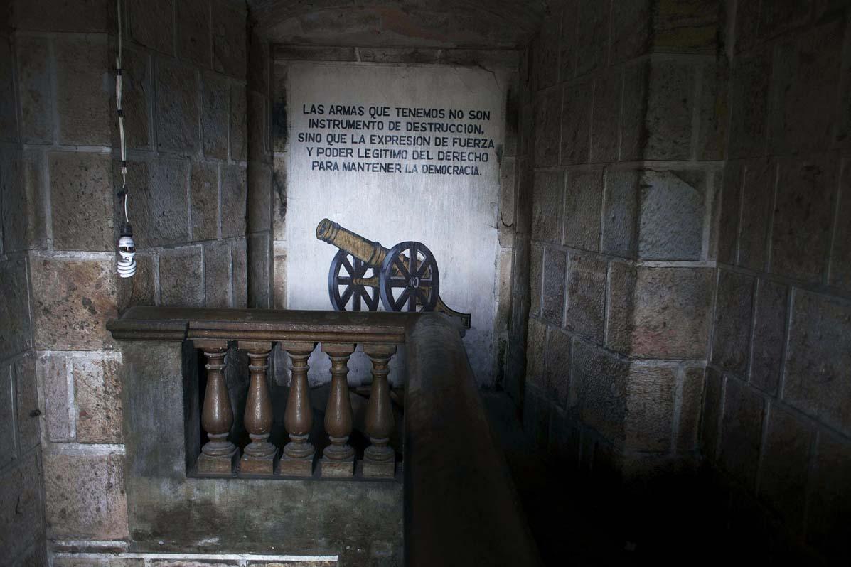Lema pintado en una pared del Palacio de Gobernación de Santa Cruz del Quiché. En los años 80 fue la sede del cuartel militar.