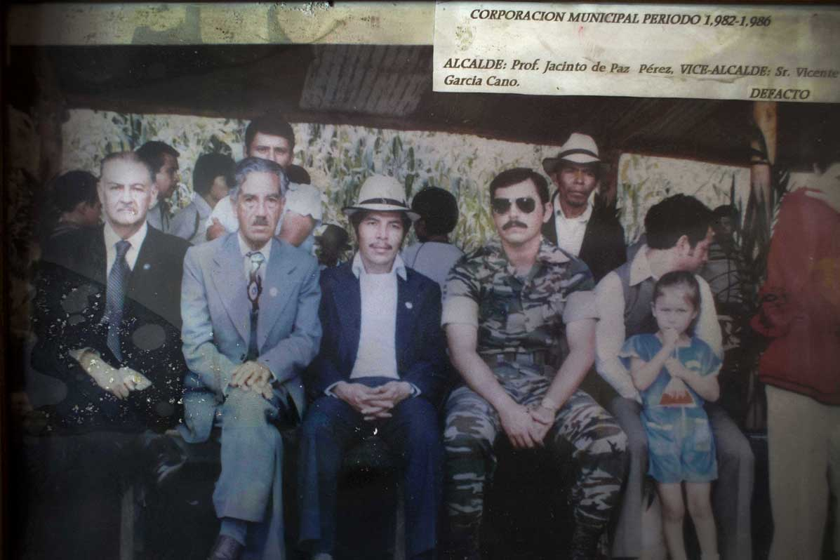 Corporación Municipal de Nebaj entre el 1982 y el 1986. A lado del alcalde Jacinto de Paz Pérez, al centro con sombrero, un militar representa el poder de facto en el municipio.
