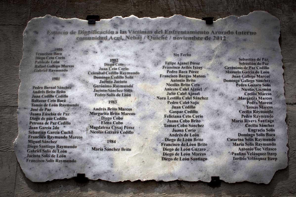 Placa conmemorativa a las víctimas del conflicto armado, cementerio de Acul.