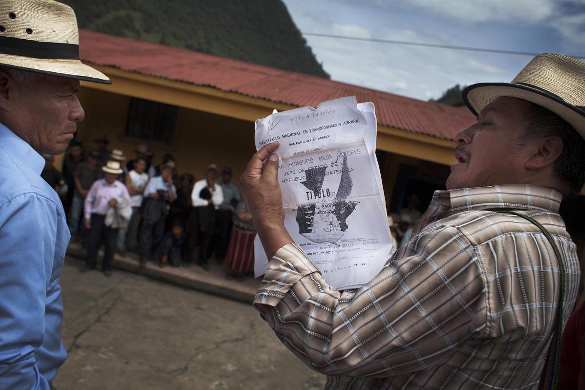 Miguel Brito, alcalde indígena de Acul, enseña el título de tenencia de las cinco caballerías pertenecientes a la finca.