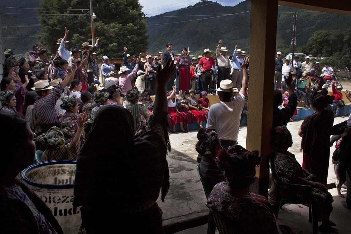 Asamblea comunitaria en Acul con representantes de Fontierra.