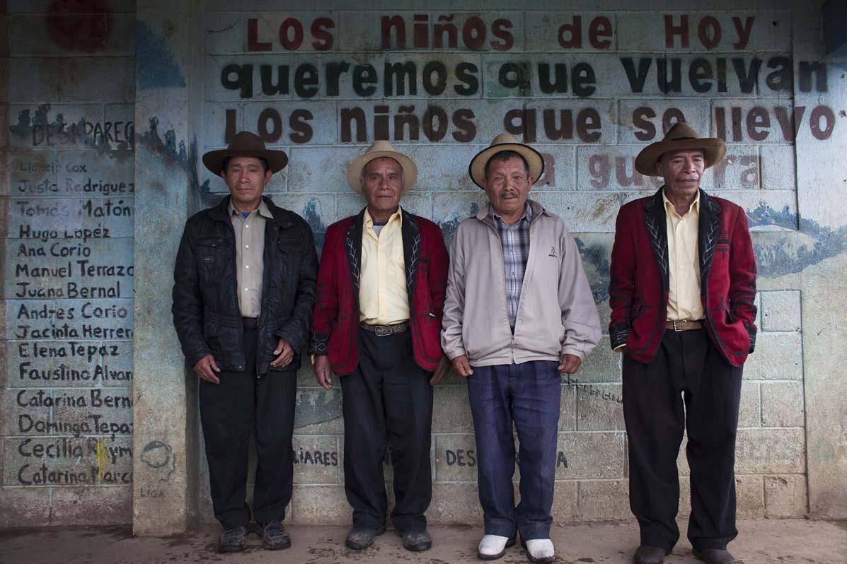 De izquierda a derecha: el alcalde comunitario Diego Ángel Tzoc, los delegados de la Comisión de Tierra, Diego Raymundo y Pedro Herrera, y el alcalde indígena Baltazar Herrera de la aldea Tzalbal.