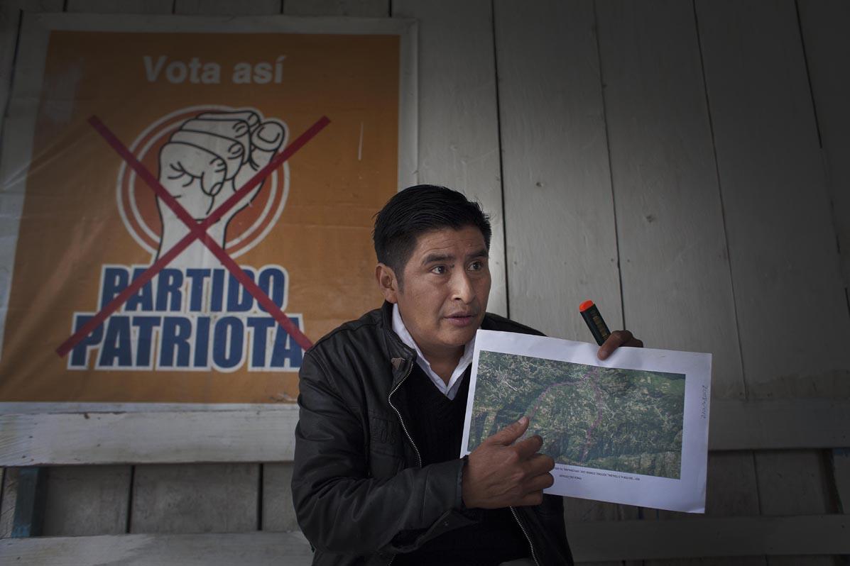 Santos Pablo Álvarez, síndico primero de la anterior Corporación Municipal de Nebaj, enseña el mapa de las 33 caballerías de la finca estatal de Tzalbal.