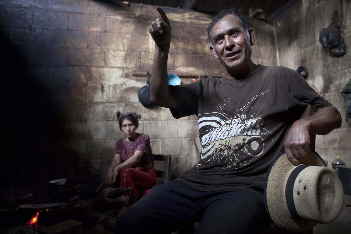 Francisco López, de 62 años, con su esposa Petrona. López fue secuestrado por el ejército a los 23 años. Logró sobrevivir a una ejecución y hasta 1996 se refugió en Caba, una de las Comunidades de Población en Resistencia, CPR.