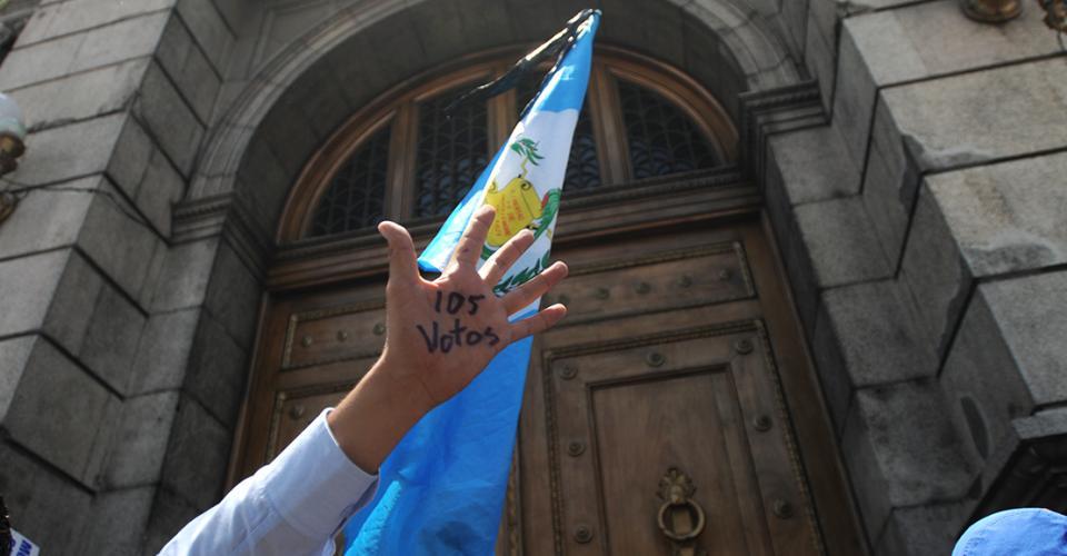 """""""105 votos"""", gritaban decenas de manifestantes frente al Congreso de Guatemala minutos antes de que diera inicio la Sesión Plenaria donde determinarían quitarle o no la inmunidad al presidente Otto Pérez Molina."""