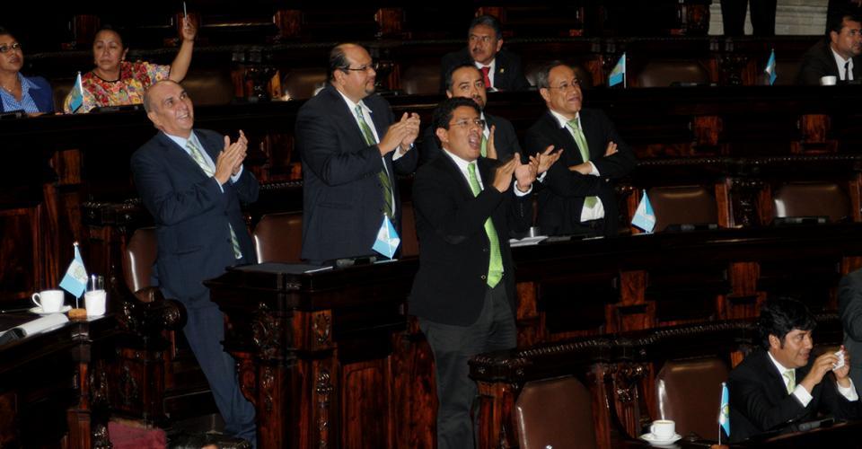 Diputados de la bancada Unidad Nacional de la Esperanza (UNE) celebran la aprobación de quitarle la inmunidad al mandatario Pérez Molina.
