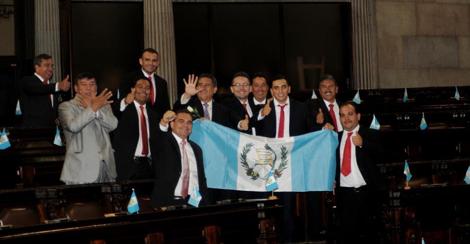 Diputados de la bancada Libertad Democrática Renovada (Lider) llevaron una bandera de Guatemala para celebrar su retorno al hemiciclo luego de varias ausencias en el pleno.