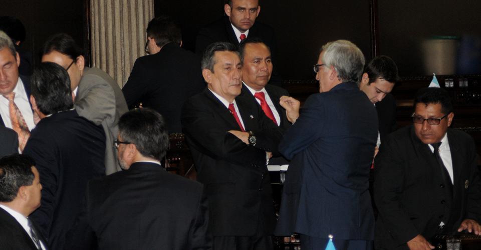 Roberto Villate, jefe de la bancada mayoritaria Libertad Democrática Renovada (Lider) esperaba atento el momento de la votación.