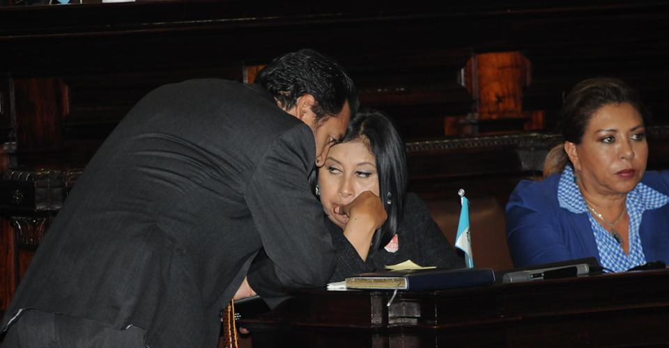 Gudy Rivera, jefe de la bancada del Partido Patriota, conversa con Delia Bac, del bloque Lider durante la Sesión Plenaria. Rivera permaneció inquieto durante la sesión.