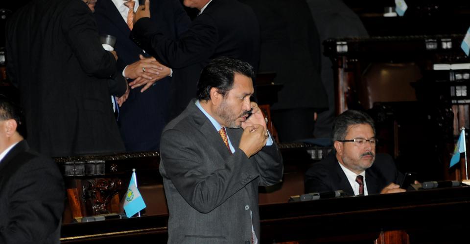 Gudy Rivera, jefe del bloque Patriota, pasó varios minutos conversando por teléfono durante la Sesión Plenaria.