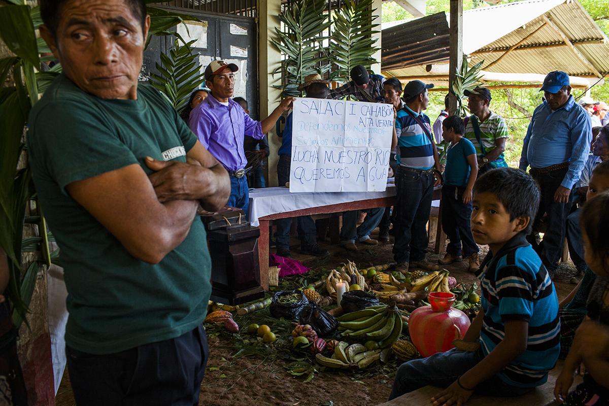 Encima de la mesa, los comunitarios enseñan un cartel donde exponen su llamado a la defensa del río, del agua y de los recursos naturales