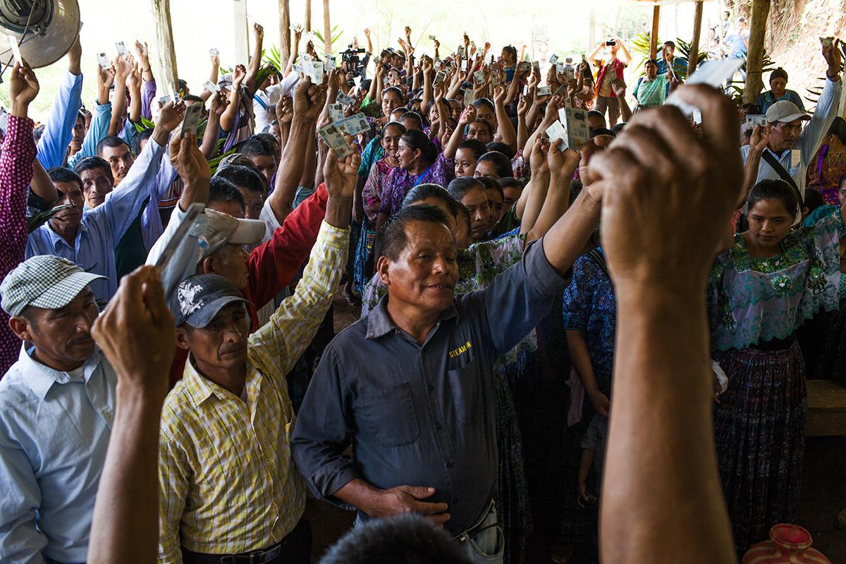 Después de los niños, es el turno de los mayores de edad,  que levantan el brazo enseñando, cada quien, el DPI
