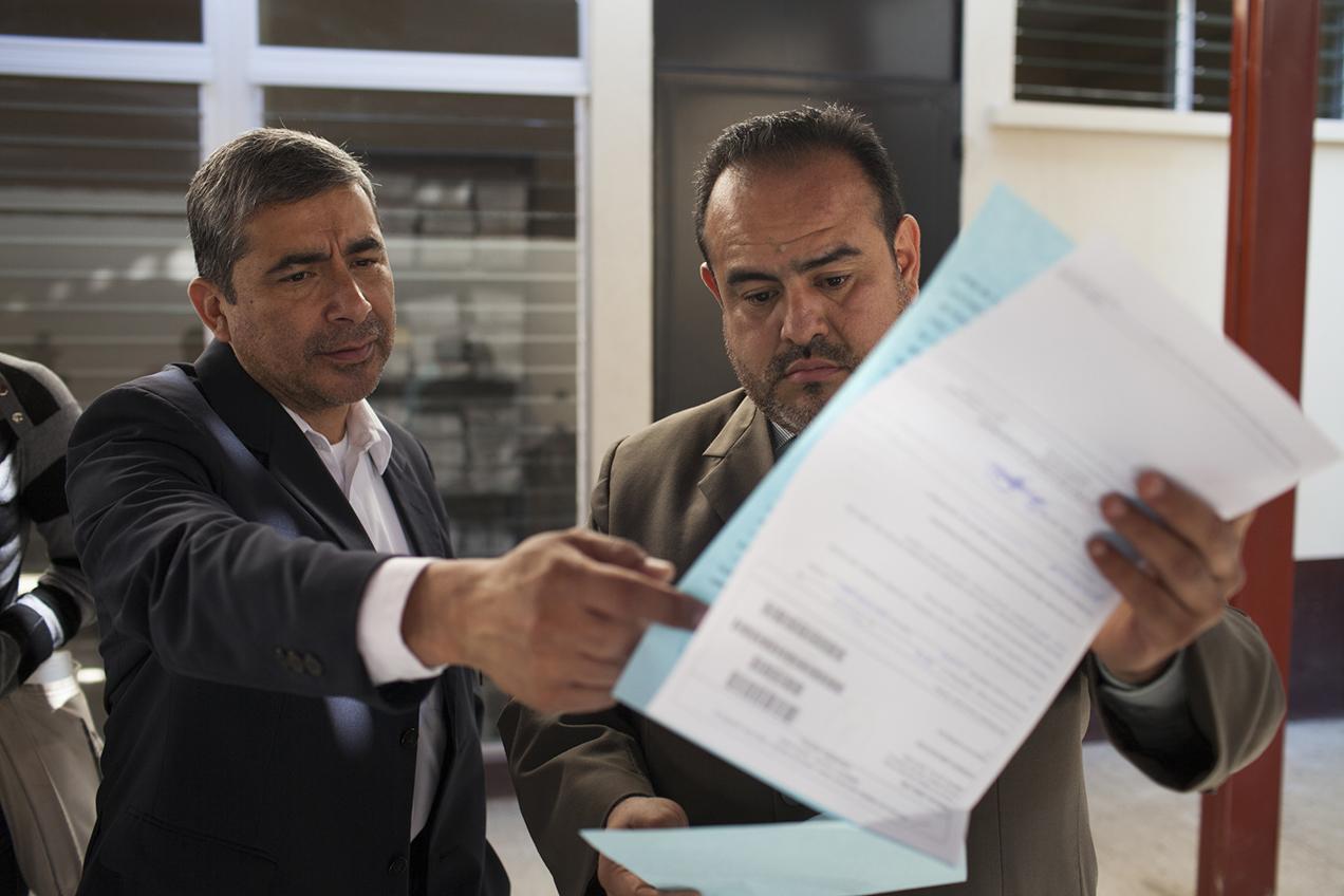 Rafael Maldonado (derecha), director de CALAS, y Yuri Melini, exdirector y actual asesor de esa organización, leen una declaración del juez que se desliga del caso de contaminación.