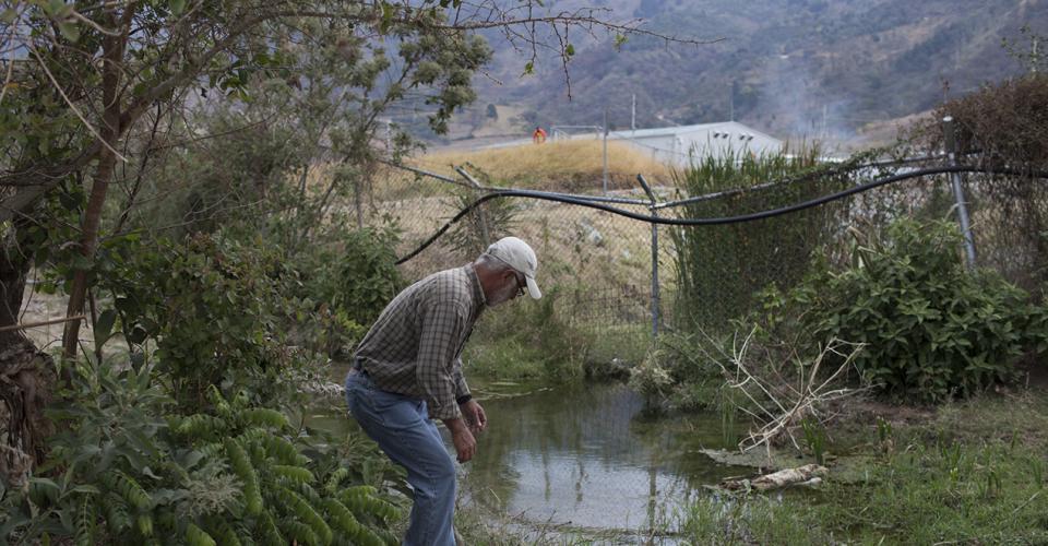 Rudy Casimiro Pivaral Duarte, 58, miembro del Comité en Defensa de la Vida de San Rafael las Flores, examina el agua de la quebrada El Escobal que sale de las instalaciones de la empresa minera San Rafael. Se acusa a la empresa minera de contaminar el agua de la región y en particular por medio de esta quebrada.