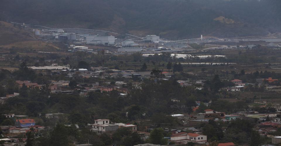 Vista de San Rafael Las Flores. Al fondo la minera.