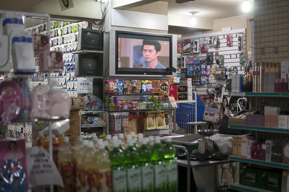 Interior de uno de los supermercados. La televisión proyectaba una novela coreana.