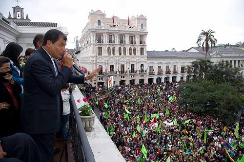 Rafael Correa celebra el triunfo electoral desde el Palacio de Carondelet en Quito, frente a sus seguidores  Crédito: Martín Sánchez/IPS