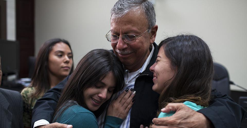 Familiares de los militares luego de escuchar el fallo de la jueza.
