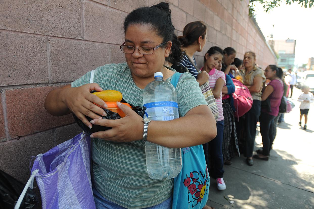 """""""Un huevo con tortilla le dieron a su esposo para su almuerzo dijo la señora Berrios. En cada visita ella le lleva comida y agua."""
