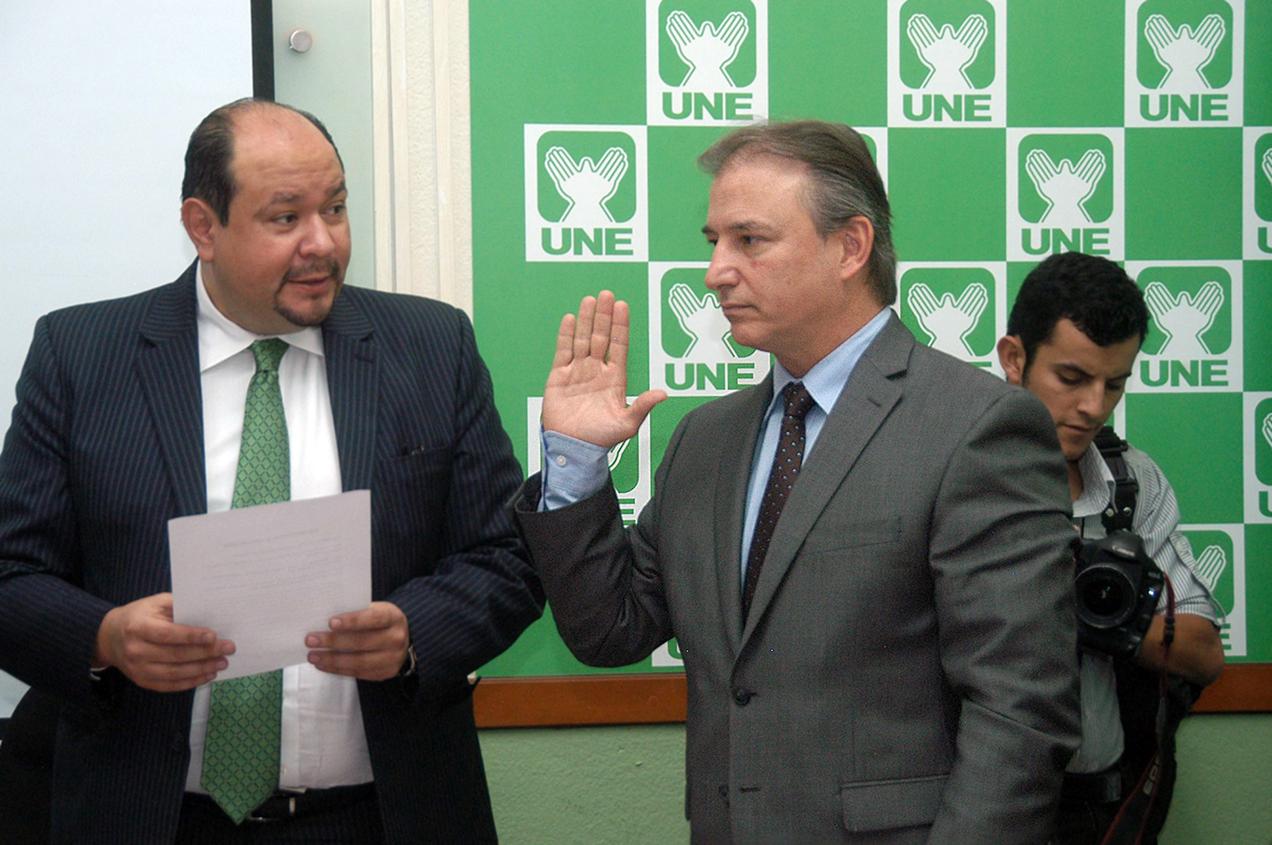 Sergio de la Torre, ministro de Economía, es juramentado por el diputado Orlando Blanco cuando fue citado a la bancada de la UNE.